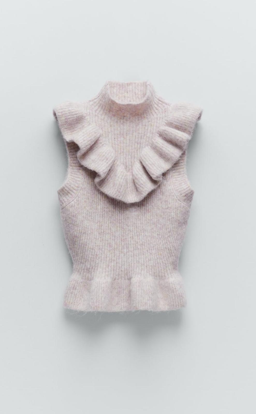 Chaleco de punto con volantes confeccionado con tejido en mezcla de lana en color piedra, de Zara (25'99€)