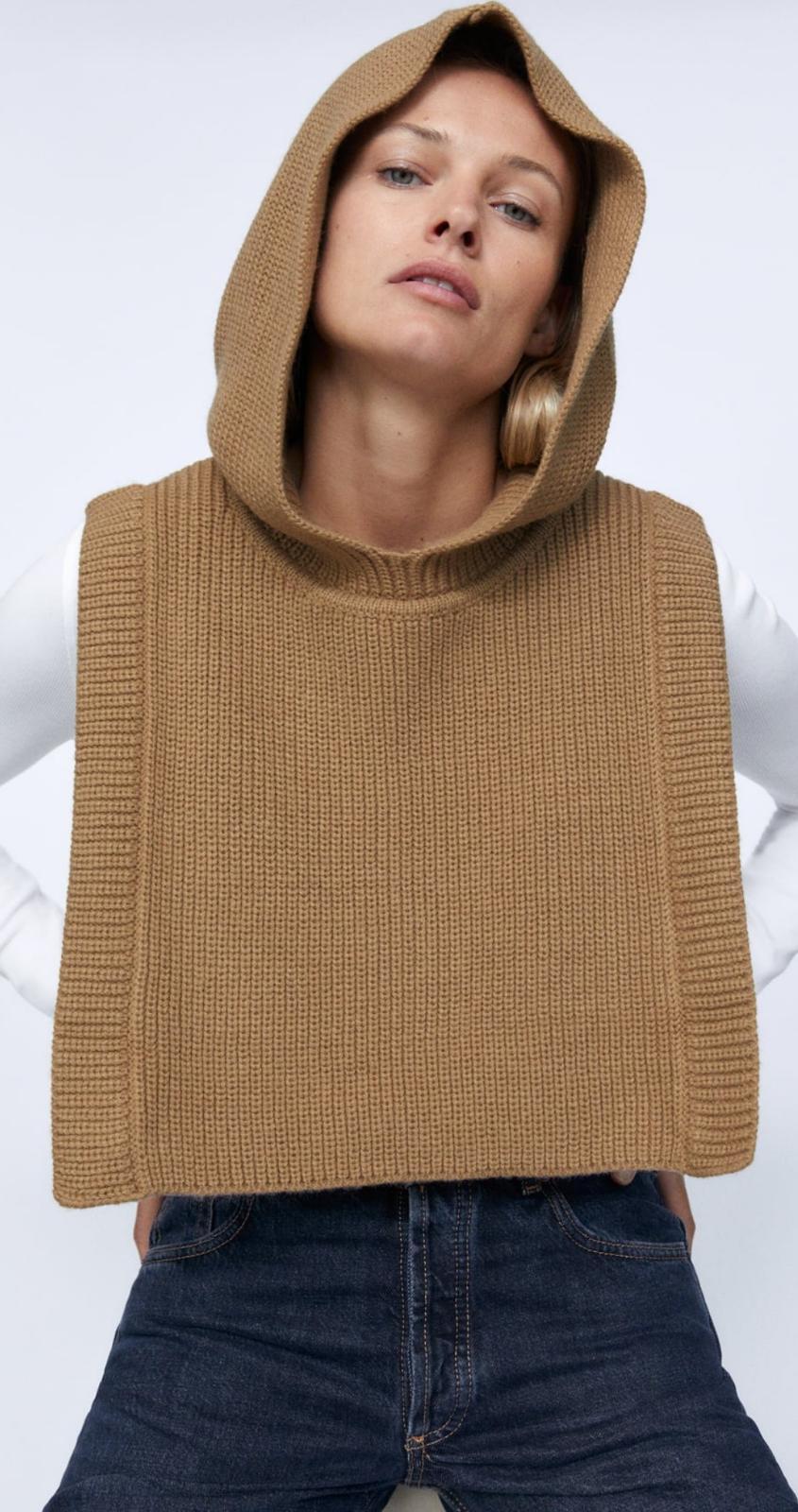 Chaleco con aberturas y capucha confeccionado con tejido en mezcla de lana, de Zara (19'95€)