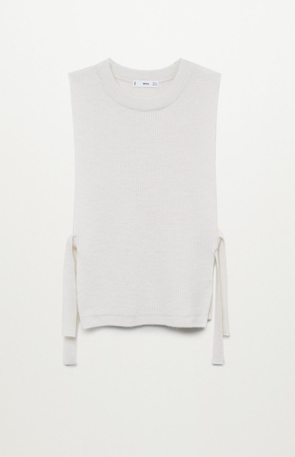 Chaleco de punto fino de cuello redondo y aberturas laterales con lazos ajustables, de Mango (25'99€)