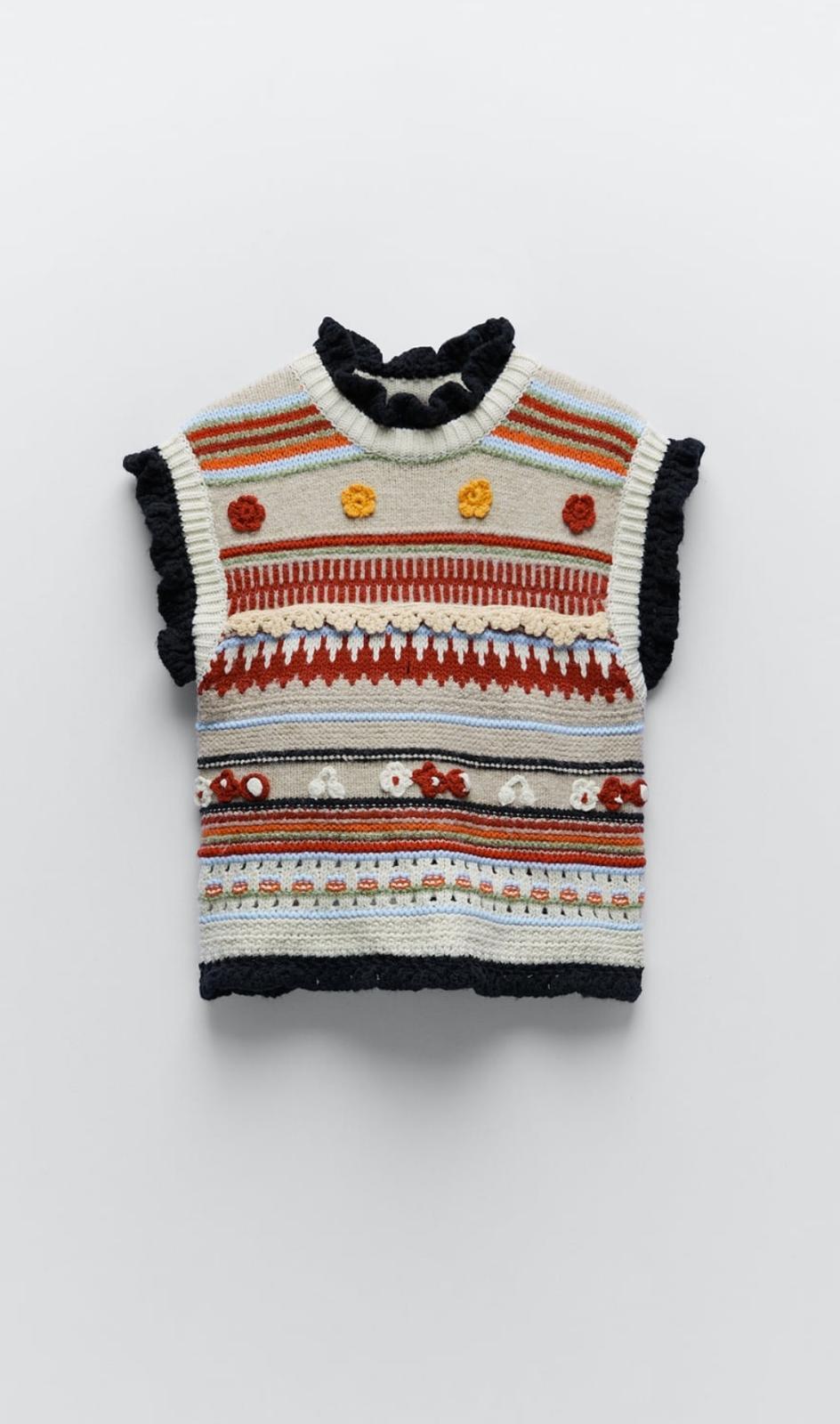 Chaleco de cuello redondo y manga sisa con detalle estructura en forma de flor, de Zara (29'95€)