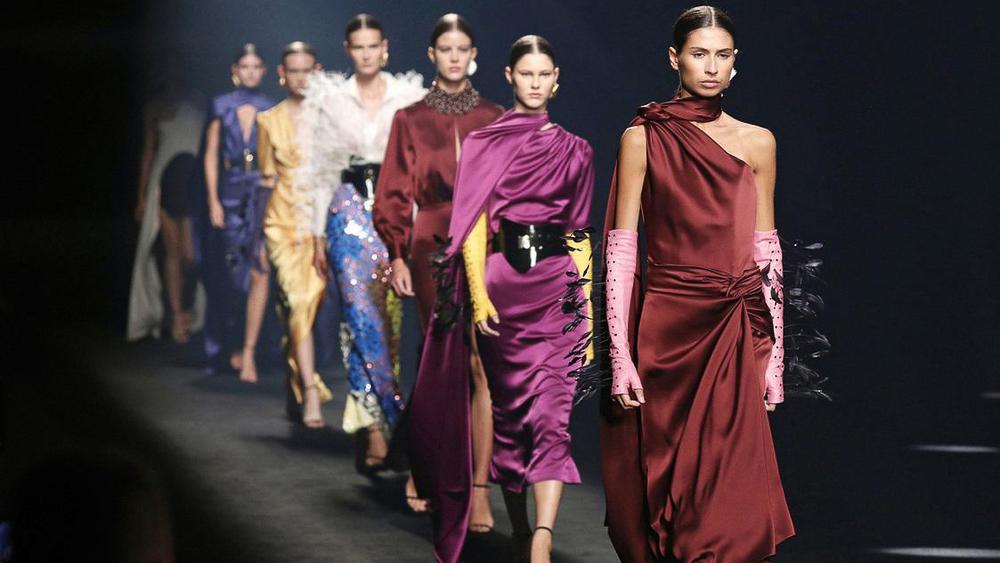 Tras su expansión internacional, la elegancia de Isabel Sanchís debuta sobre la pasarela de Madrid.