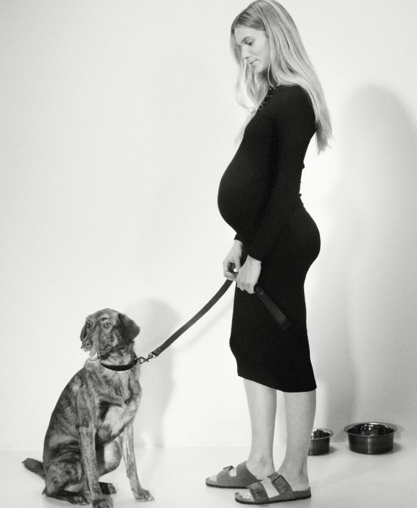 Modelo posando con los complementos de Pet Collection (Clarence y Ellul)
