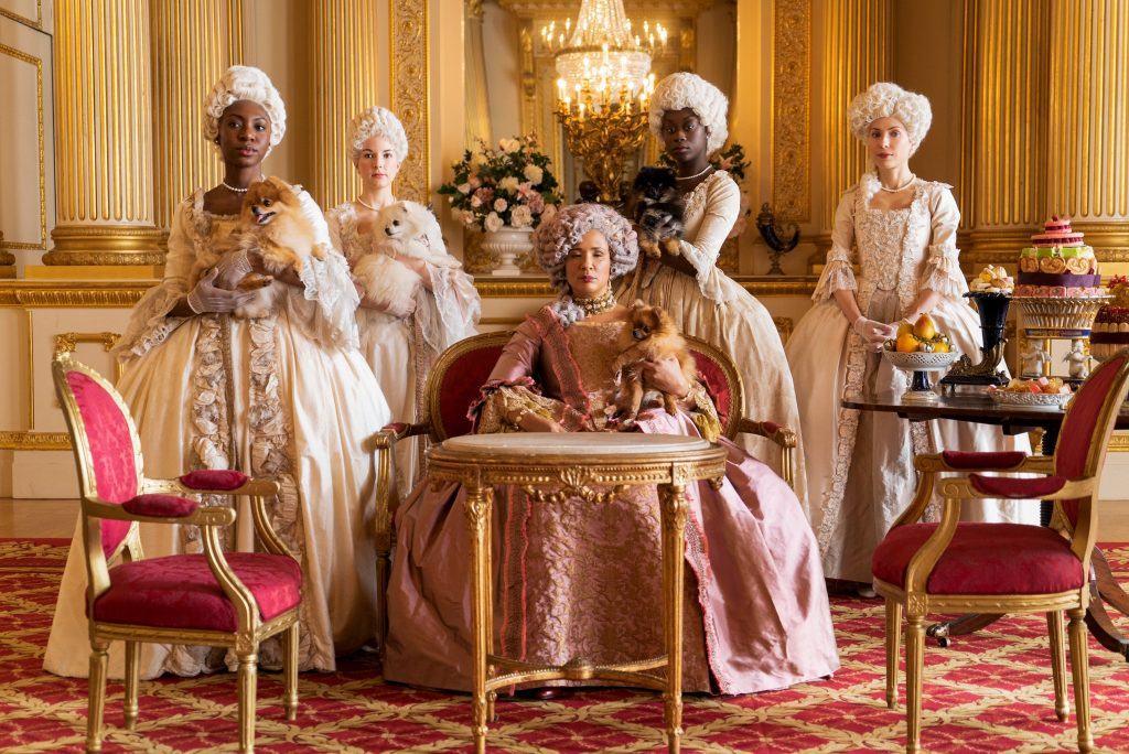 El equipo de vestuario quiso ser fiel al estilismo de la Reina Carlota, que fue famosa por no cambiar nunca de silueta durante su reinado.