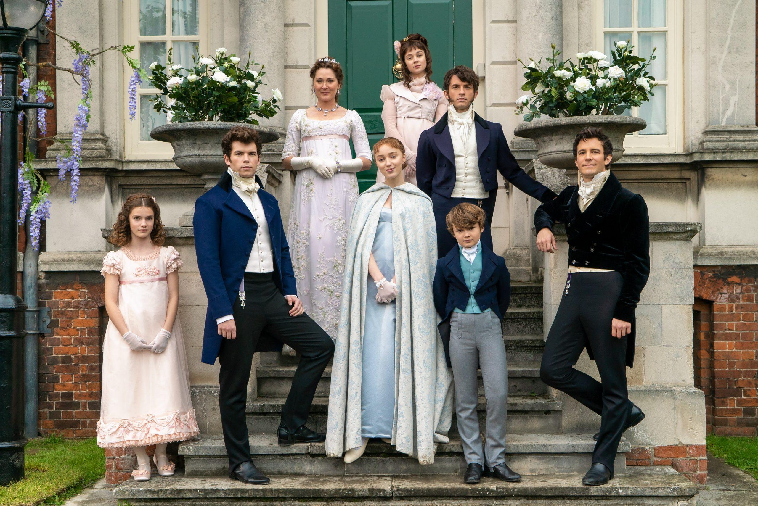 La familia Bridgerton al completo posando en la puerta de su residencia