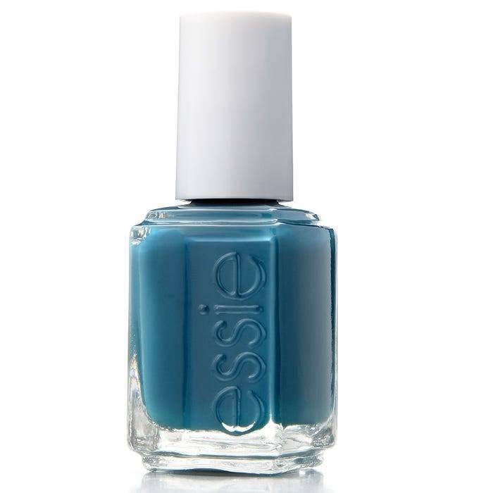 Esmalte de uñas azul con acabado perfecto de Essie.