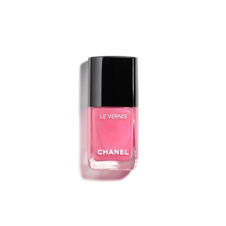 Esmalte de uñas color rosa en el tono 'Aurore' de Chanel.