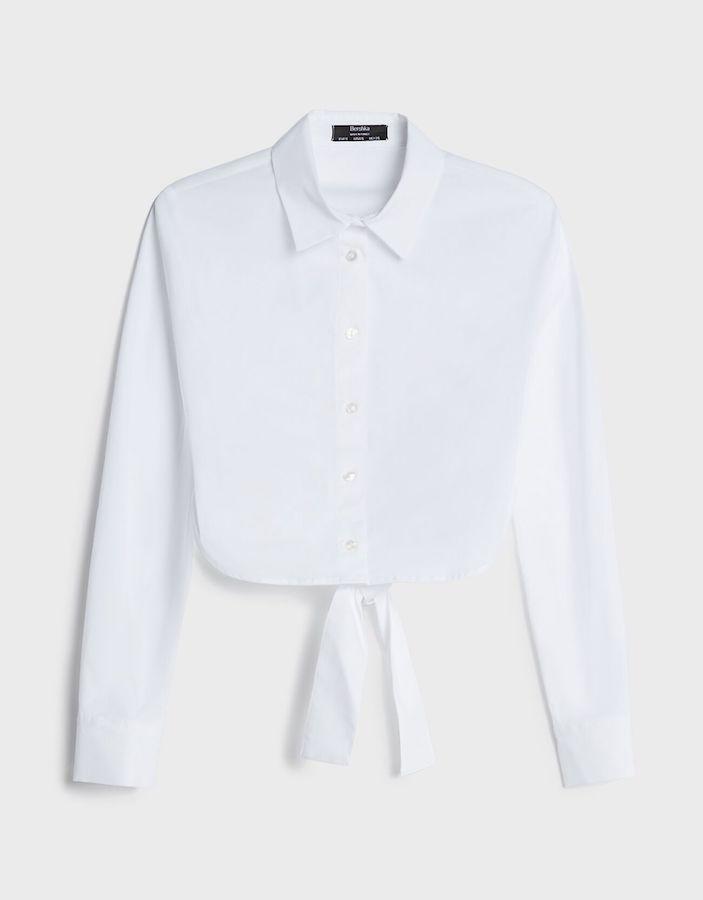 Camisa blanca cropped anudada Bershka.