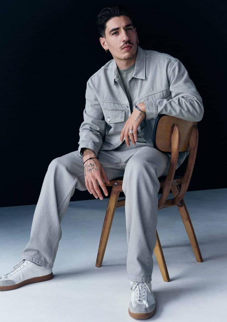 Héctor Bellerín posando con prendas de su colección para H&M