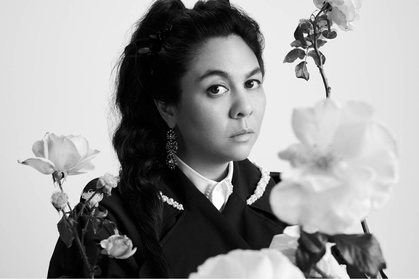 Simone Rocha posando en blanco y negro para su nueva colección