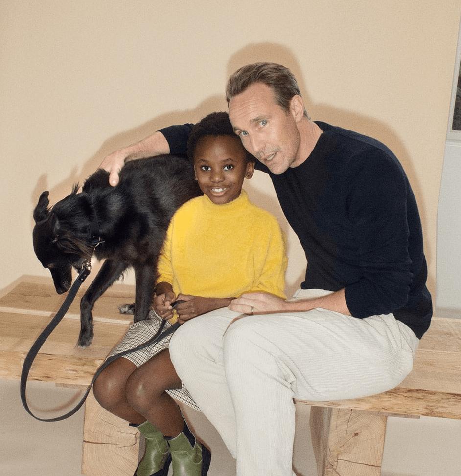 """Modelos posando con el collar y correa """"Pet Collection"""" (Freja, Grace y Johan)"""