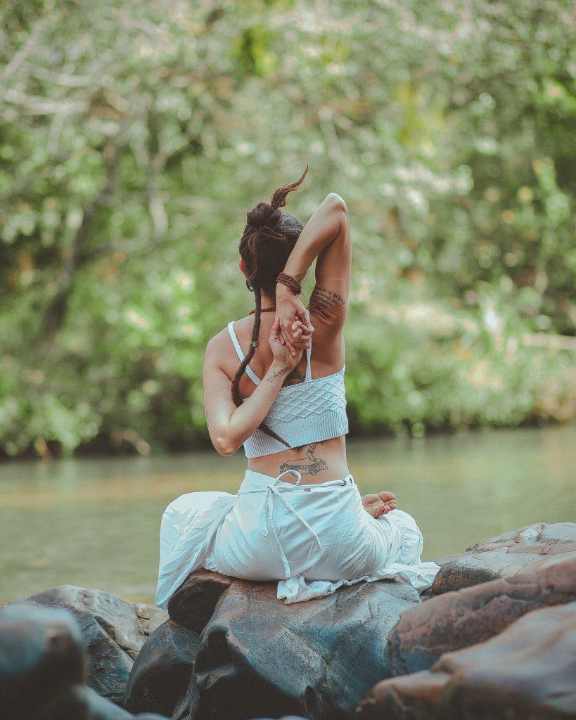Meditar junto al río, haciendo participes a los elementos de la naturaleza es ideal para una desconexión total