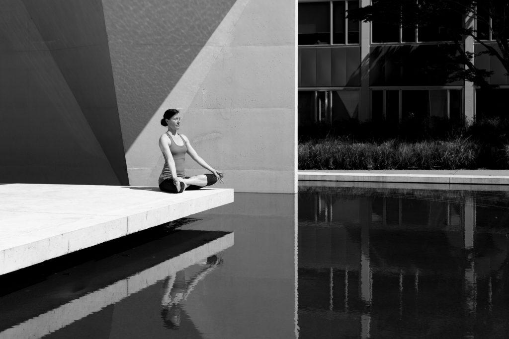 Meditación blanco y negro junto al agua