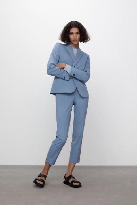 Traje de chaqueta azul Zara.