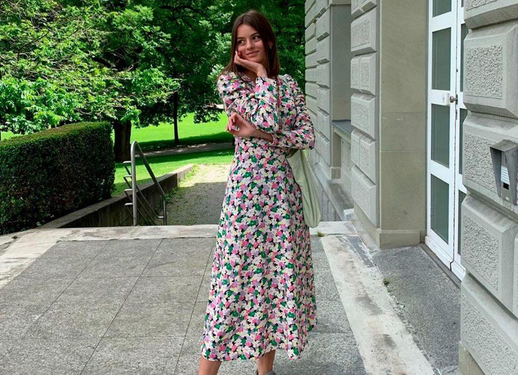Los vestidos de flores están entre esos imprescindibles de la primavera-verano.