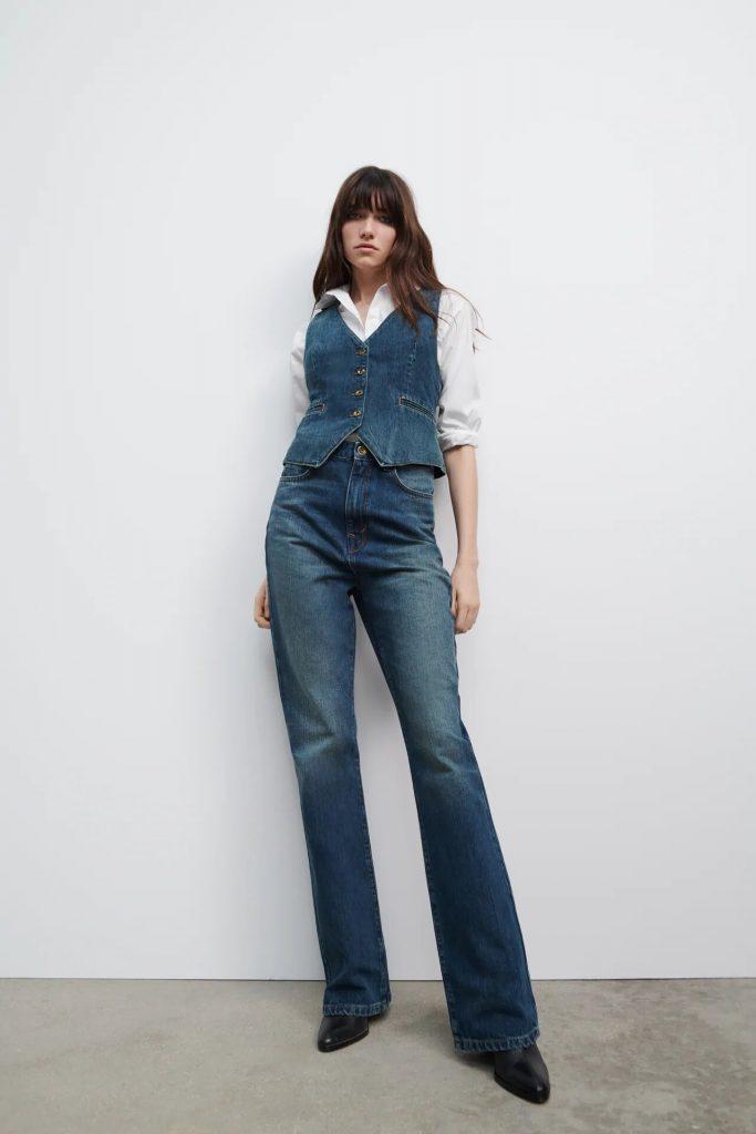Total look: Chaleco denim y jeans bootcut.