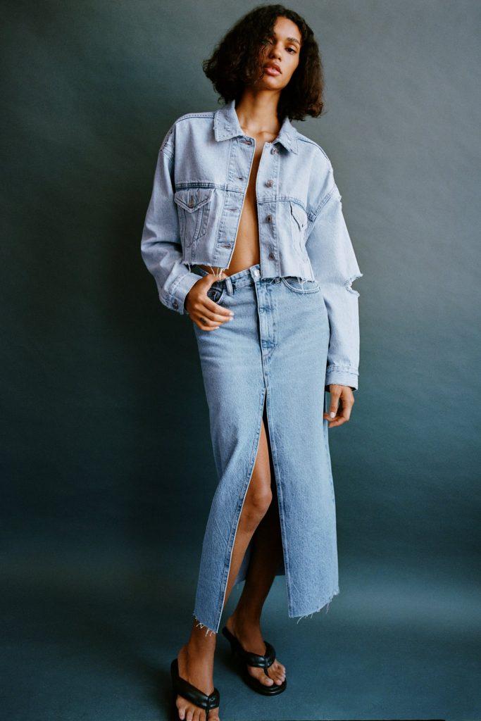 Total look falda midi denim y cazadora oversize cropped.