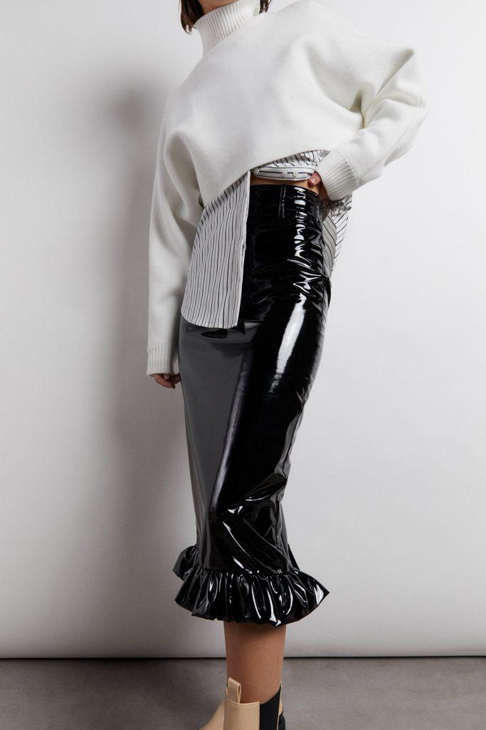 falda midi vinilo