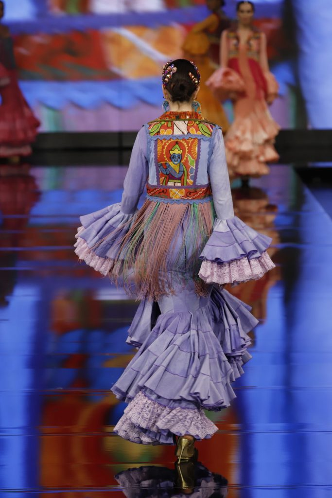 Flamenca en la pasarela con traje violeta claro