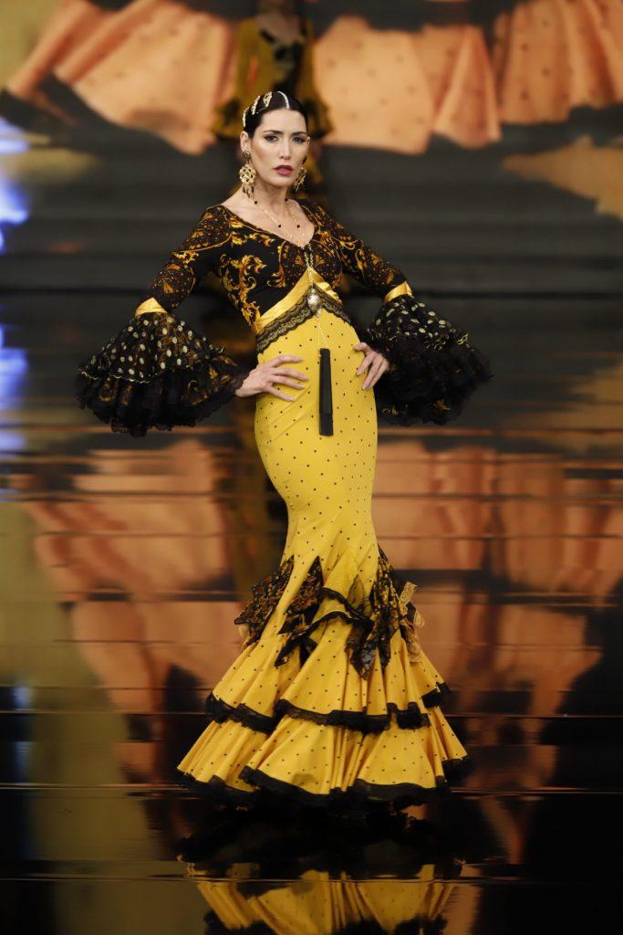 """Traje de flamenca amarillo y negro de la colección """"La Furia Rubia"""""""