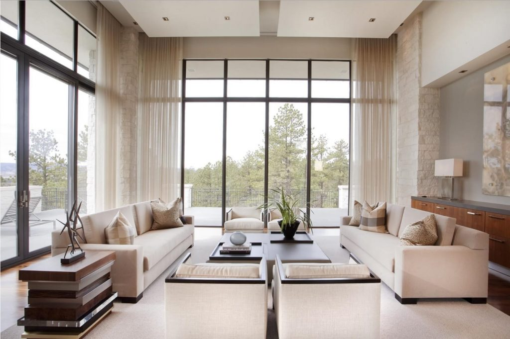Salón con cortinas de seda