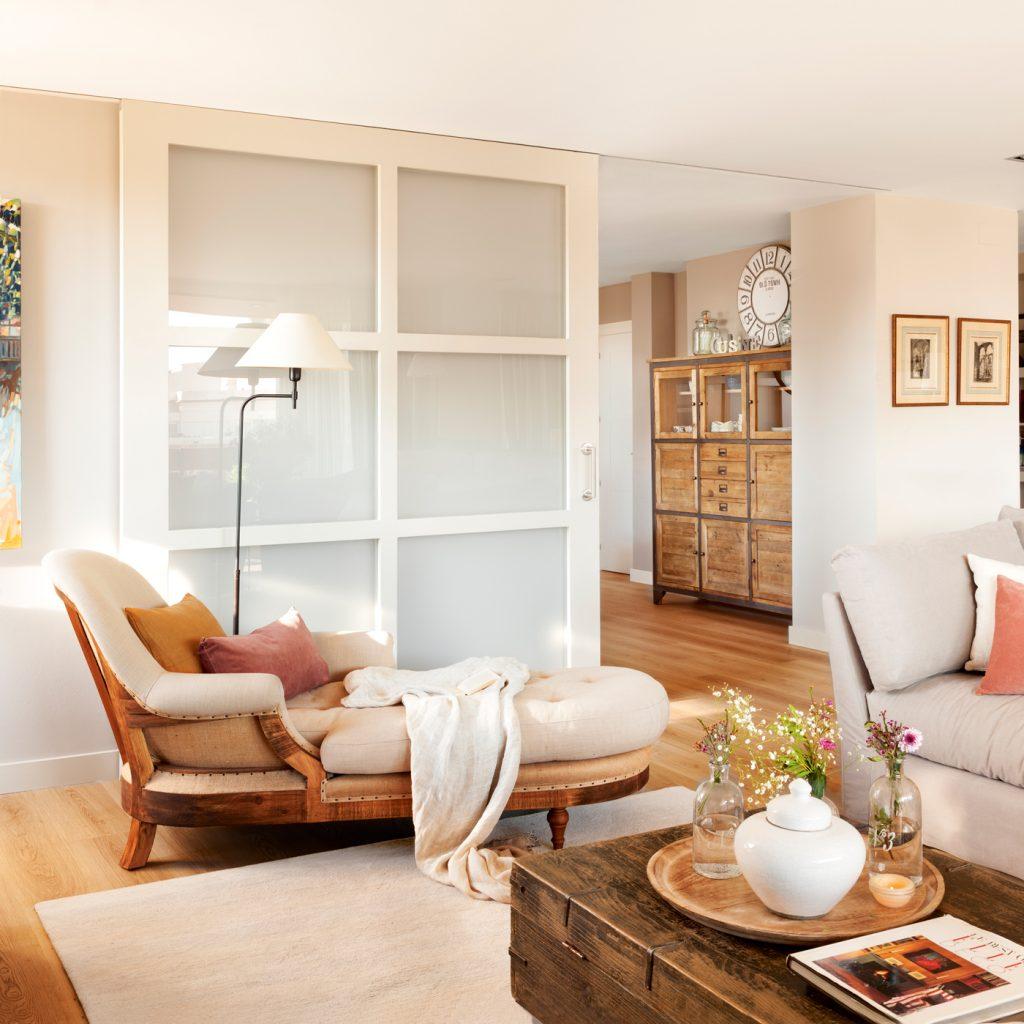 Habitaciones unidas por una puerta corredera de color blanco